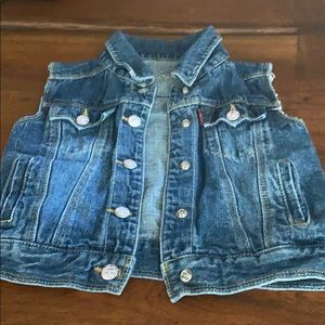 Cut off sleeve jean jacket